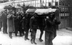 Entierro de Antonio Machado en Colliure al poco de su exilio. El ataúd va cubierto por la bandera republicana y es transportado por soldados republicanos
