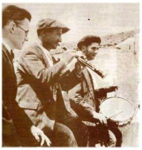 Dulzaineros segovianos junto a Agapito Marazuela: músico y etnólogo que rescató el folklore castellano  - 1935. Fuente: revista Estampa