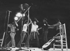 Trobada dels Pobles: un joven salta al escenario agitando una ikurrina