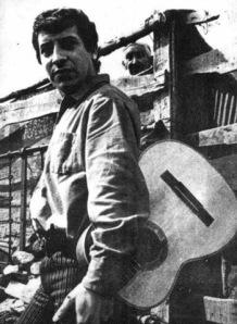 Víctor Jara con la guitarra al hombro siempre