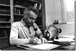 Georges Brassens escribiendo con su pipa y su gato