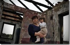 Extremistas de derechas mataron a su hijo y a su nieto de cuatro años por ser gitanos. Un año después, Erzsebet Csorba seguía viviendo junto a la incendiada casa de la familia. (AP/Bela Szandelszky)