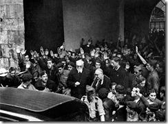 Miguel de Unamuno, a la salida del acto en el que se enfrentó a Millán Astray, en 1936, en el paraninfo de la Universidad de Salamanca, del que fue sacado del brazo por la esposa de Franco, Carmen Polo, que le acompañó con su guardia personal hasta su domicilio.