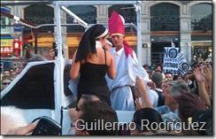 El papa de la marcha laica encima de su papamovil.