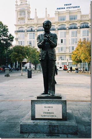 Estatua dedicada a Lorca en la Plaza Santa Ana, frente al teatro Español