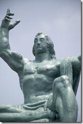 Estatua de la paz del Parque de la paz de Nagasaki. La mano derecha apunta hacia la amenaza de la bomba atómica mientras que la izquierda simboliza la paz eterna. Los ojos cerrados representan la oración por el descanso de las víctimas del bombardeo