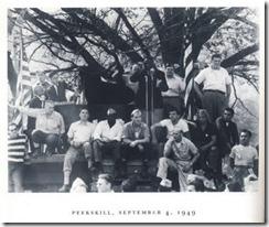 Robeson protegido por varios voluntarios