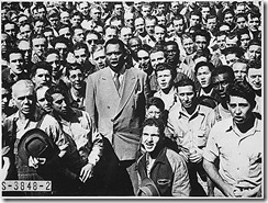 Paul Robeson cantando The Star-Spangled Banner para los trabajadores de los astilleros.