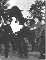 La policía cargando contra los asistentes al concierto
