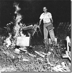 Ultraderechista quemando partituras