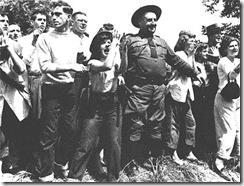 """Un grupo de jóvenes ultras se arremolinan en torno a la policía del gobernador Dewey, quien después culparía de lo sucedido a los """"comunistas"""""""