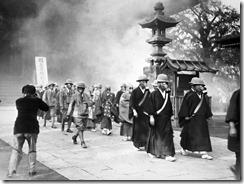 """""""Esta foto me pareció impresionante: monjes budistas preparándose, en 1936, para lo que se venía."""""""