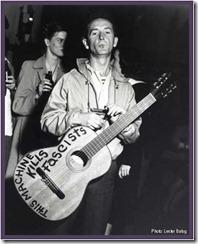 Woody Guthrie coa guitarra de matar (cortesía de Benedicto)