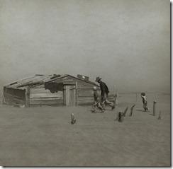 Granjero y sus dos hijos durante una tormenta de polvo, en el condado de Cimarron, Oklahoma, en 1936.