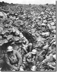 Soldados franceses en las trincheras, durante la batalla de Verdún, en 1916.