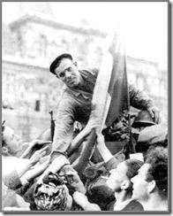 Parigi, 24 agosto 1944. Soldato spagnolo della divisione Leclerc salutato dalla folla in festa