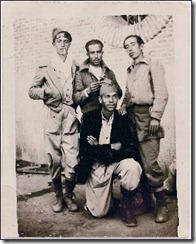 El poeta (agachado), con otros milicianos en 1937./JESÚS MIGUEL MARCOS