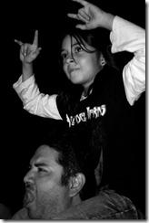 Padre e hija disfrutando del concierto de Ángeles del Infierno en Chiapas, México