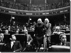 Dolores Ibárruri y Rafael Alberti bajan las escaleras del Congreso en las primeras Cortes democráticas tras las elecciones.  MARISA FLÓREZ