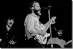 Levon Helm toca la guitarra con The Band en Hamburgo, 1971