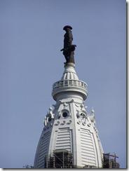 La estatua de bronce del fundador William Penn adorna la cúpula del ayuntamiento de la ciudad
