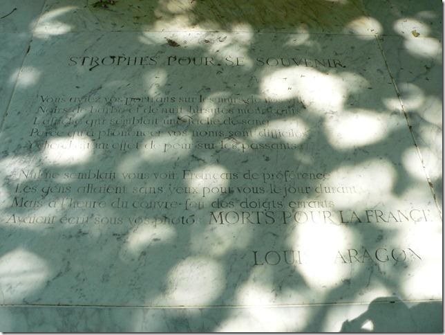 Placa conmemorativa en el cementerio de Perelachaise, con el poema de Aragon inscrito