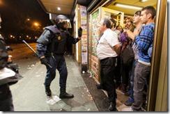 Alberto Casillas, dueño de la Cafetería Prado, se encara a un policía que pretendía entrar al bar con muy malas intenciones