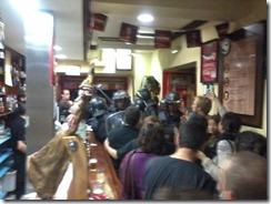 Sin orden judicial alguna, la policía irrumpía en algunos bares del centro