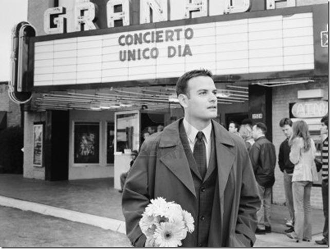 Brock Jones: hombre-en-traje-de-flores-esperando-delante-de-cine