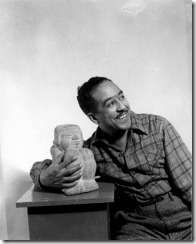 Langston Hughes hacia 1943; por Gordon Parks