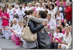 fotografia_mujeres_besandose_protestas_anti_gay_Gerard_Julien